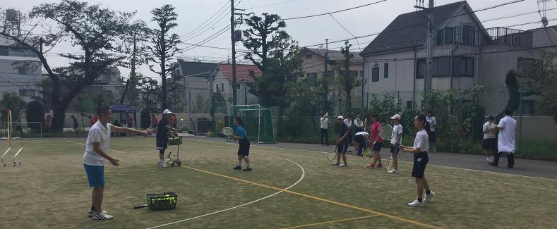校庭はテニスに数学にソフトボールと大賑わいでした!