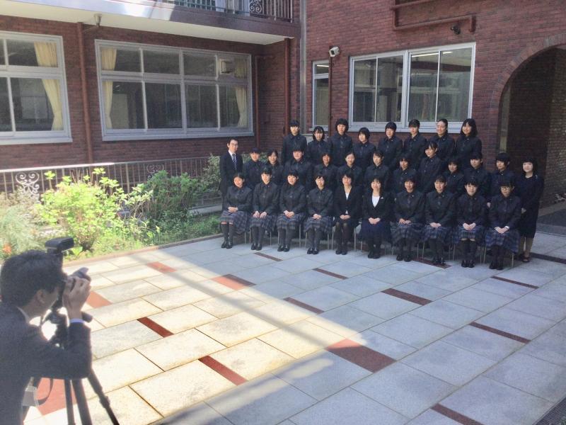 中庭で新しいクラスの集合写真を撮影