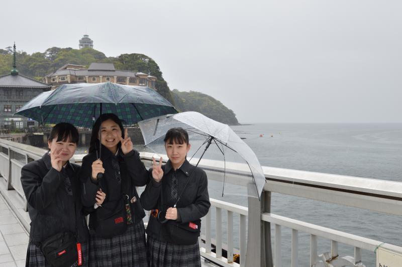 雨でも元気に江ノ島見学