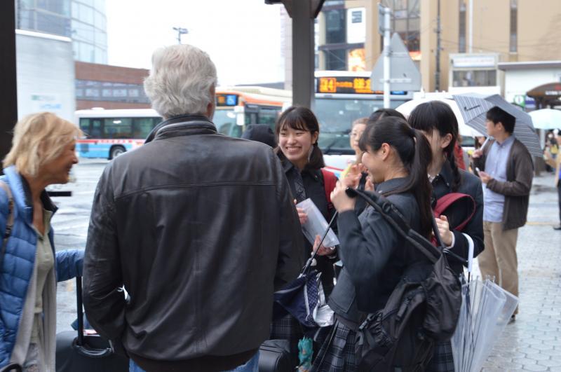 外国人観光客に英語で道案内